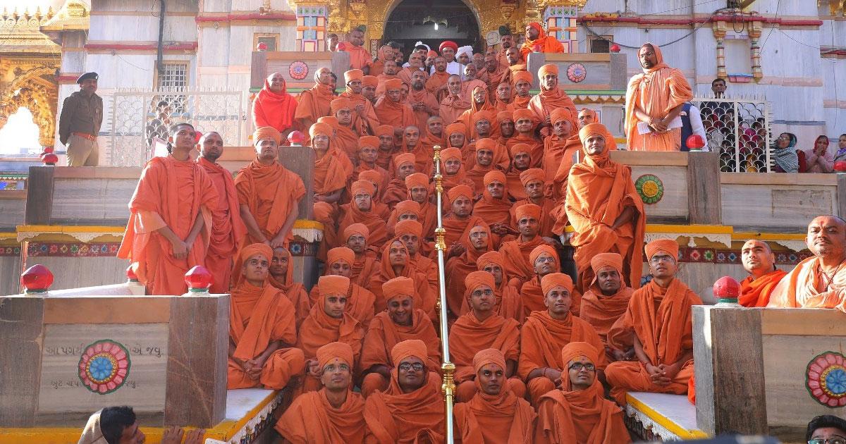 http://www.meranews.com/backend/main_imgs/1_55-youth-get-bhagwati-diksha-at-vadtal-swaminarayan-temple_0.jpg?48?96