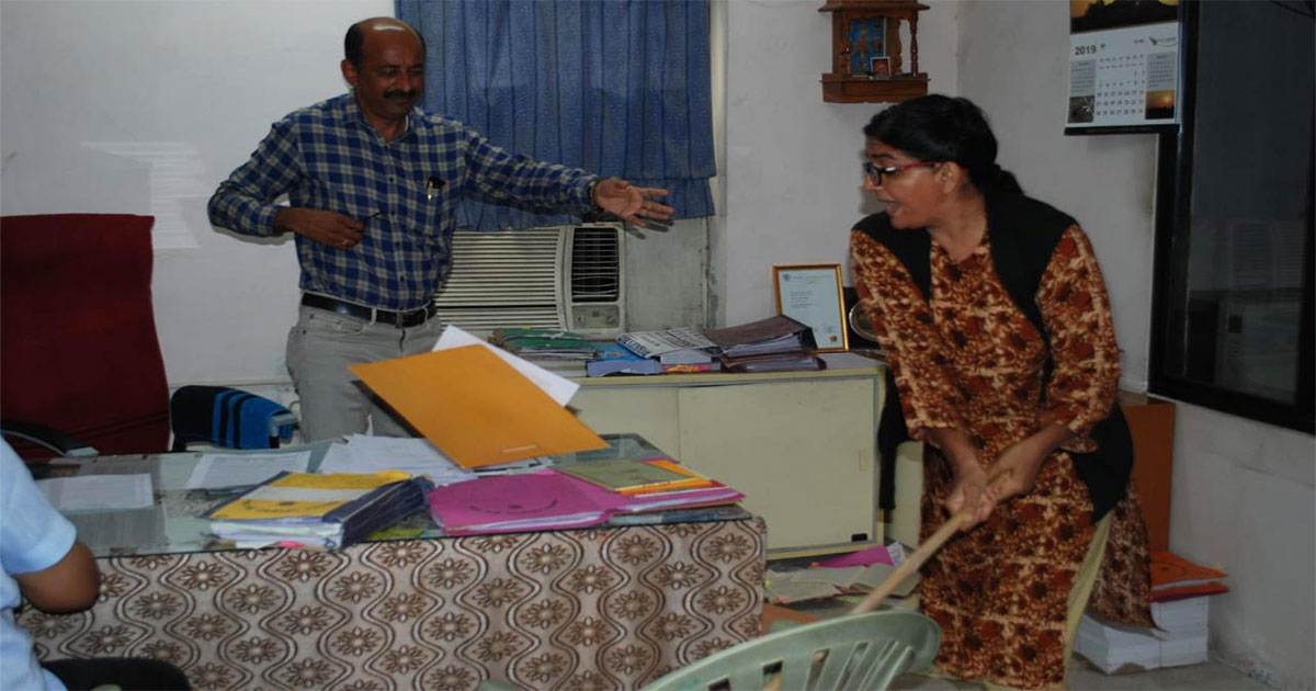 http://www.meranews.com/backend/main_imgs/1_jamnagar-bjp-councillor-angry-in-estate-office_0.jpg?31