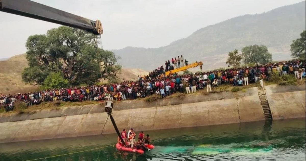 http://www.meranews.com/backend/main_imgs/AccidentCanalInSidhi_mp-road-accident-bus-carrying-54-passengers-fell-into-canal-in-sidhi_0.jpg?14