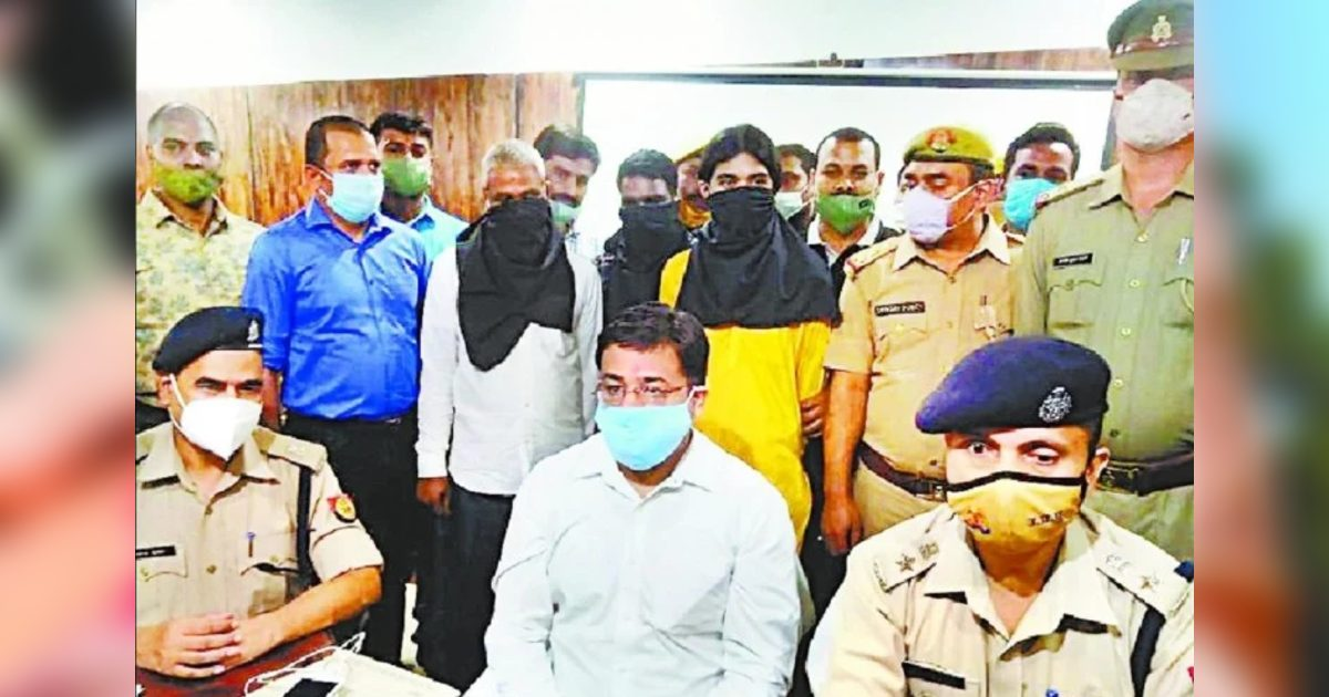 http://www.meranews.com/backend/main_imgs/AccuseOfGonda_temple-priest-had-fired-on-himself-in-gonda-seven-arrested-with-mahant_0.jpg?40