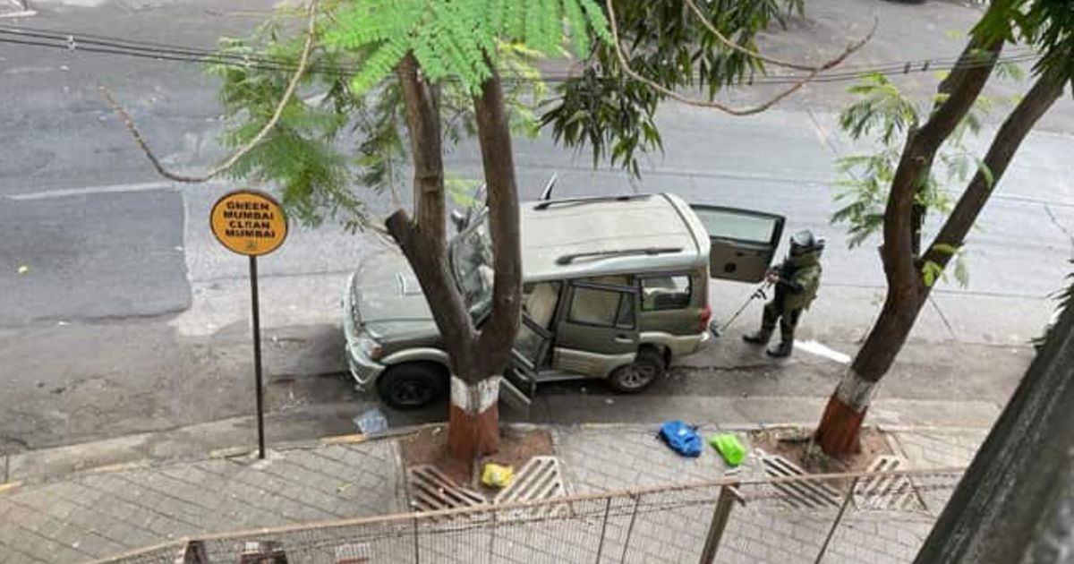 http://www.meranews.com/backend/main_imgs/AmbaniHouseMumbai_mumbai-vehicle-with-explosive-found-near-mukesh-ambanis-house-police-fir_1.jpg?71