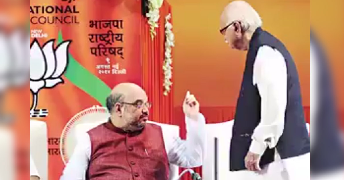 http://www.meranews.com/backend/main_imgs/AmitShahinsultAdvani_reality-of-viral-video-that-shows-amit-shah-insulting-advani_0.jpg?48