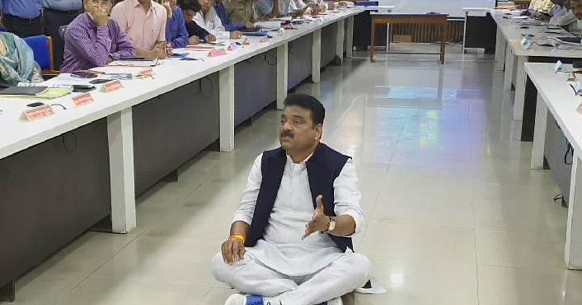 http://www.meranews.com/backend/main_imgs/Ashwin-Kotwal_protest-from-congress-mla-ashwin-kotwal-in-sabarkantha_0.jpg?75