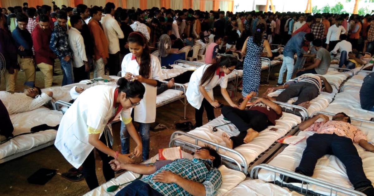http://www.meranews.com/backend/main_imgs/BLOOD-DONATION-final-_rajkot-2500-youth-donate-blood-on-the-54th-birthday-of-khod_0.jpg?53