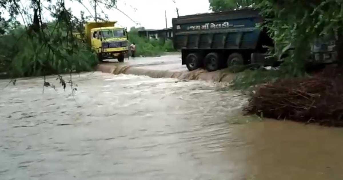 http://www.meranews.com/backend/main_imgs/B_heavy-rain-in-bayad-road-closed-bormath-varena-to-bayad_0.jpg?62
