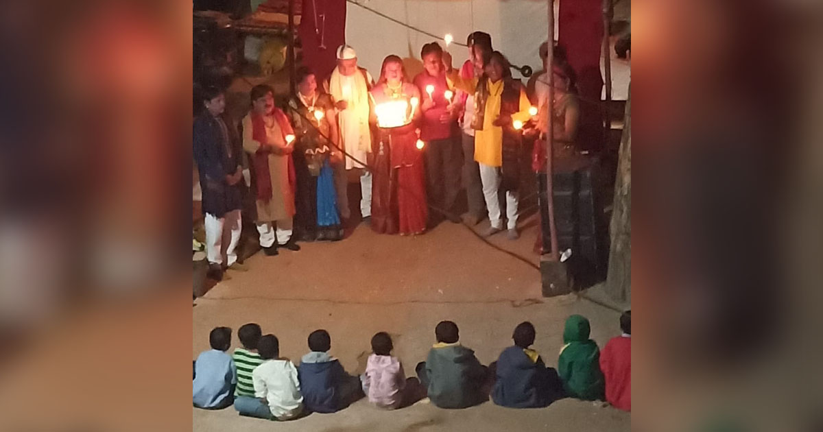 http://www.meranews.com/backend/main_imgs/BhavaiModasaTributetomartyrs_modasa-tribute-to-martyrs-during-bhavai-at-kolikhad-village_0.jpg?84