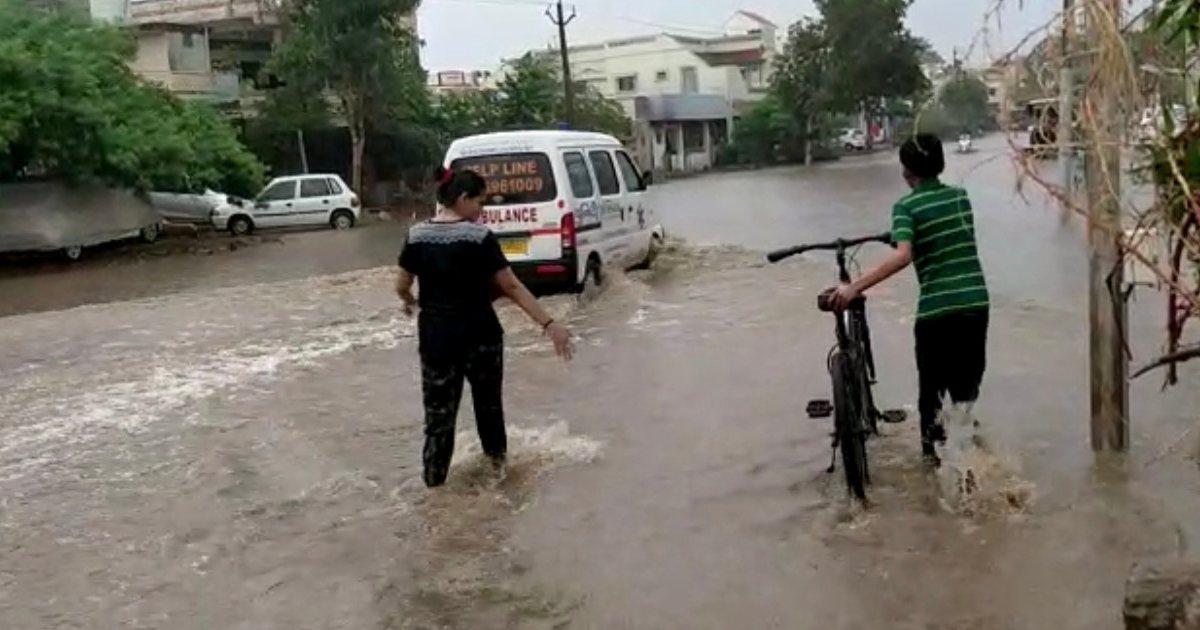 http://www.meranews.com/backend/main_imgs/Bhavanipurakampa_modasa-bhavanipura-kampa-heavy-rain-five-inch-rain-village-city-monsoon-news_2.jpg?93
