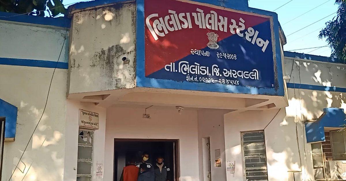 http://www.meranews.com/backend/main_imgs/BhilodaPolice1_bhiloda-car-accident-law-and-order-idar-gujarat-police_0.jpg?46