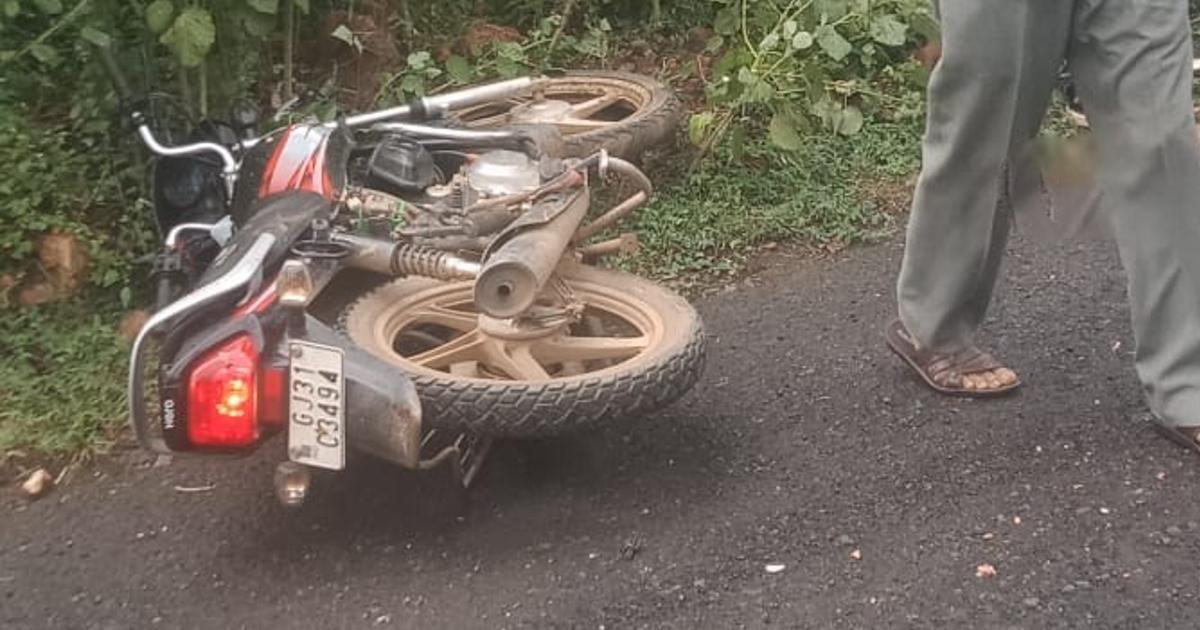 http://www.meranews.com/backend/main_imgs/Bikeaccidn_modasa-pickup-bike-accident-two-youth-died-injured-gujarat-police-news_0.jpg?73