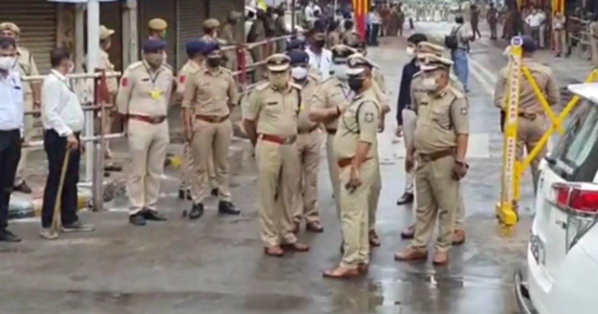 http://www.meranews.com/backend/main_imgs/CPAhmedabad_ahmedabad-rathyatra-hindu-festival-gujarat-police-pradipsinh-jadeja-curfew_1.jpg?46
