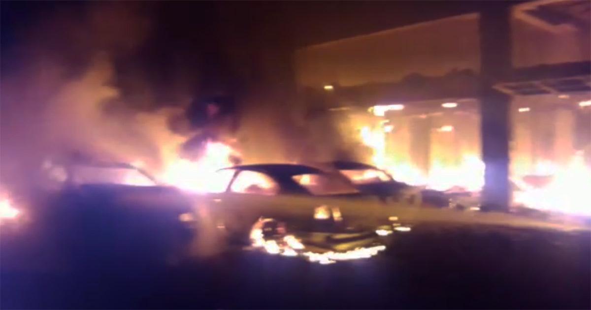 http://www.meranews.com/backend/main_imgs/Carfire_jamnagar-fire-broke-out-in-car-workshop_0.jpg?46
