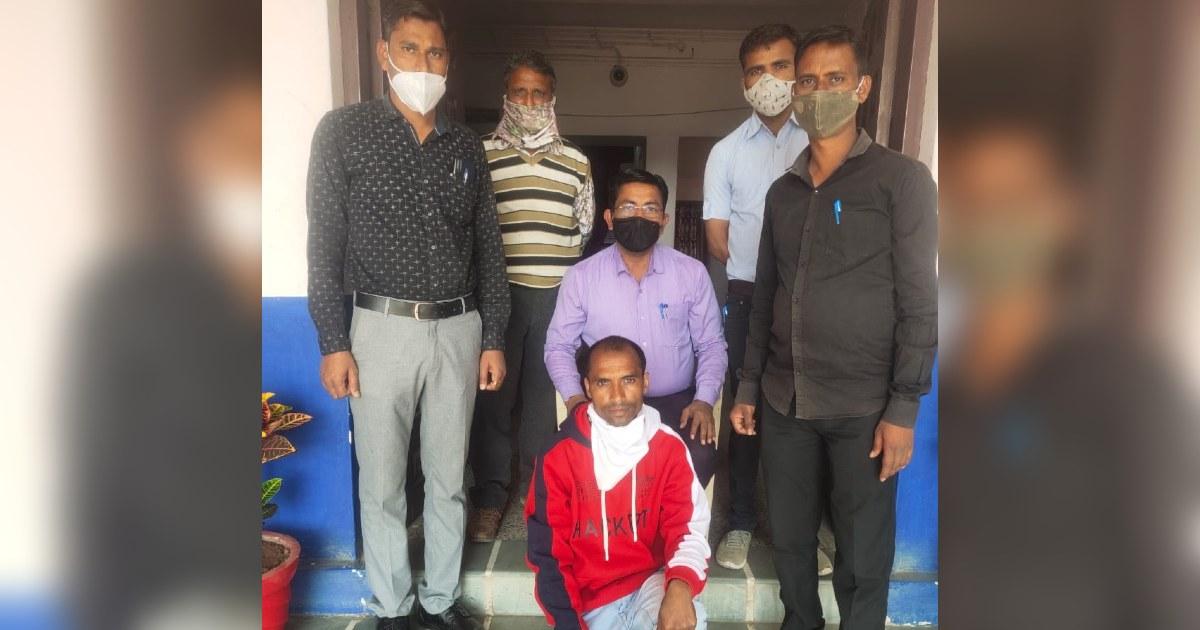 http://www.meranews.com/backend/main_imgs/ChunilalBootlegger_aravalli-mota-dodisara-village-liquor-bootlegger-gujarat-police_0.jpg?16