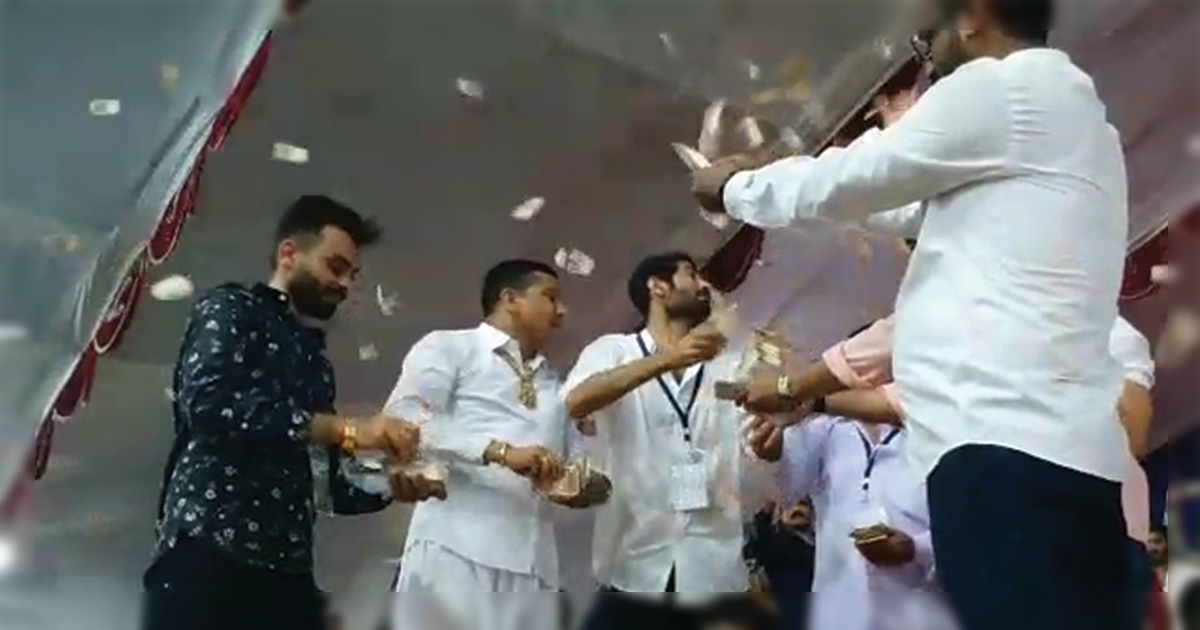 Rajkot Corporation Dayro: Mayabhai Ahir and Rajbha Gadhvi, showered with money