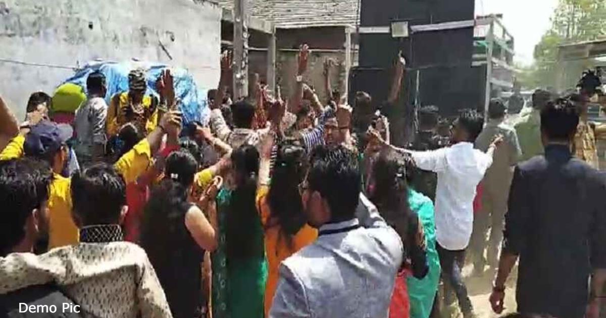 http://www.meranews.com/backend/main_imgs/Demopicmarriage_aravalli-smart-village-real-village-chandrakant-patel-coordinator-of-social-harmony-latest-news_0.jpg?71