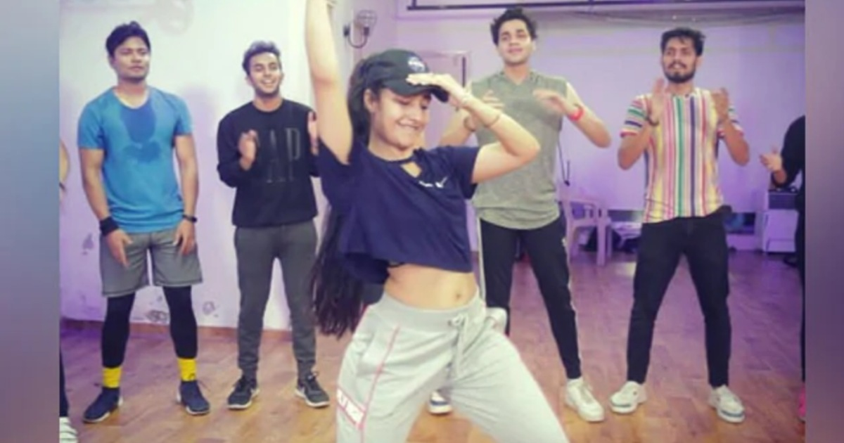http://www.meranews.com/backend/main_imgs/DhanshreeVermaLatest(1)_yuzvendra-chahal-finacee-dhanshree-verma-latest-dance-video-on-song_0.jpg?42?59