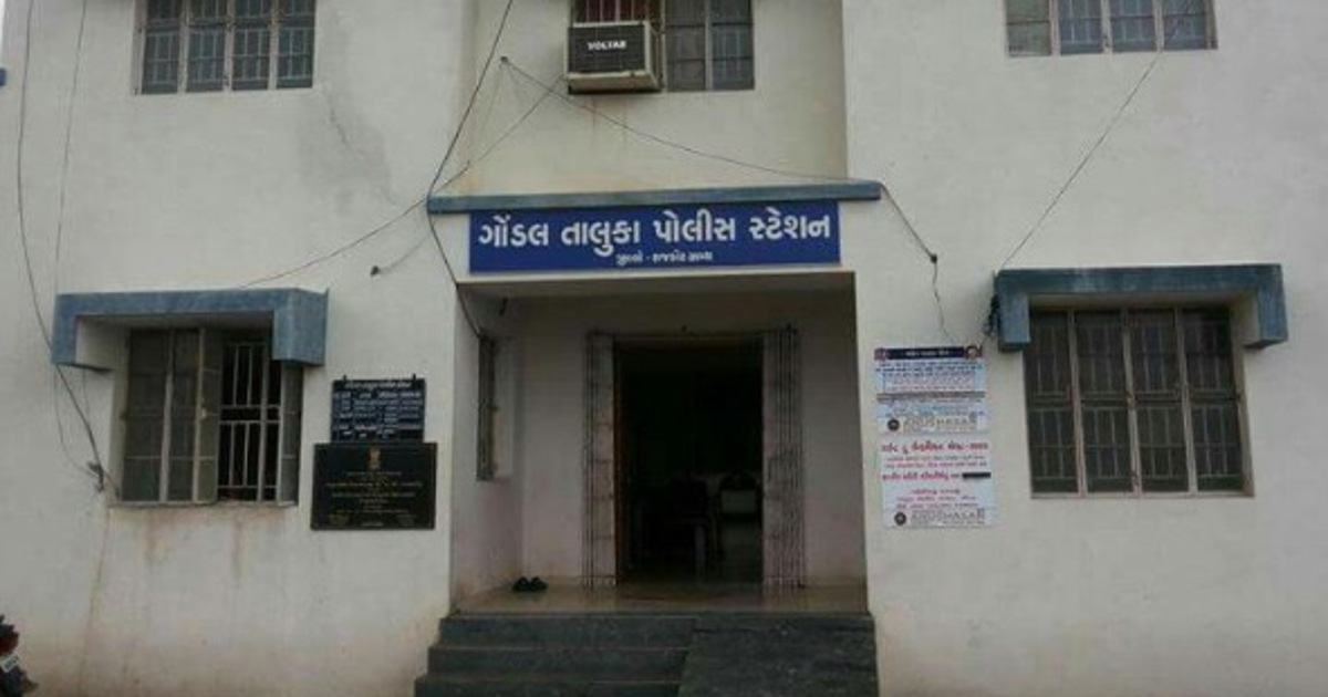 http://www.meranews.com/backend/main_imgs/GondalPolice_gondal-rajkot-contractor-defiant-persons-gujarat-police-latest-news_0.jpg?63