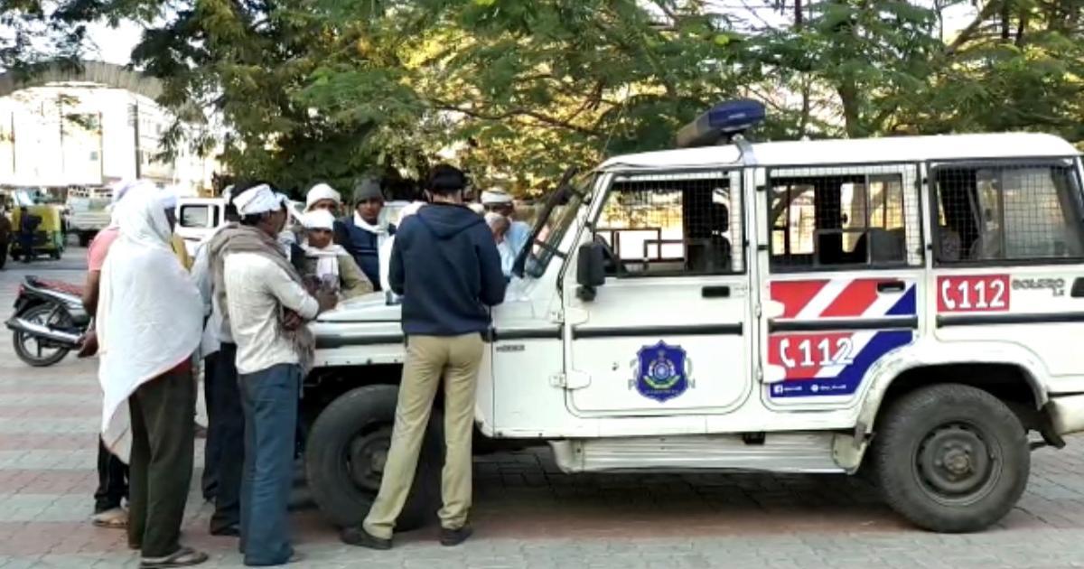 http://www.meranews.com/backend/main_imgs/GujaratPoliceBhiloda_bhiloda-activa-woman-accident-youth-married-woman-gujarat-police_1.jpg?12