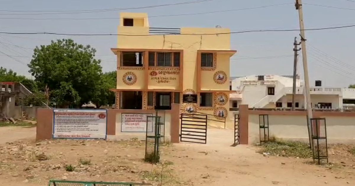 http://www.meranews.com/backend/main_imgs/HathrolPanchayat_sabarkantha-vaccination-in-village-tax-gram-panchayat-vaccination-program_3.jpg?40