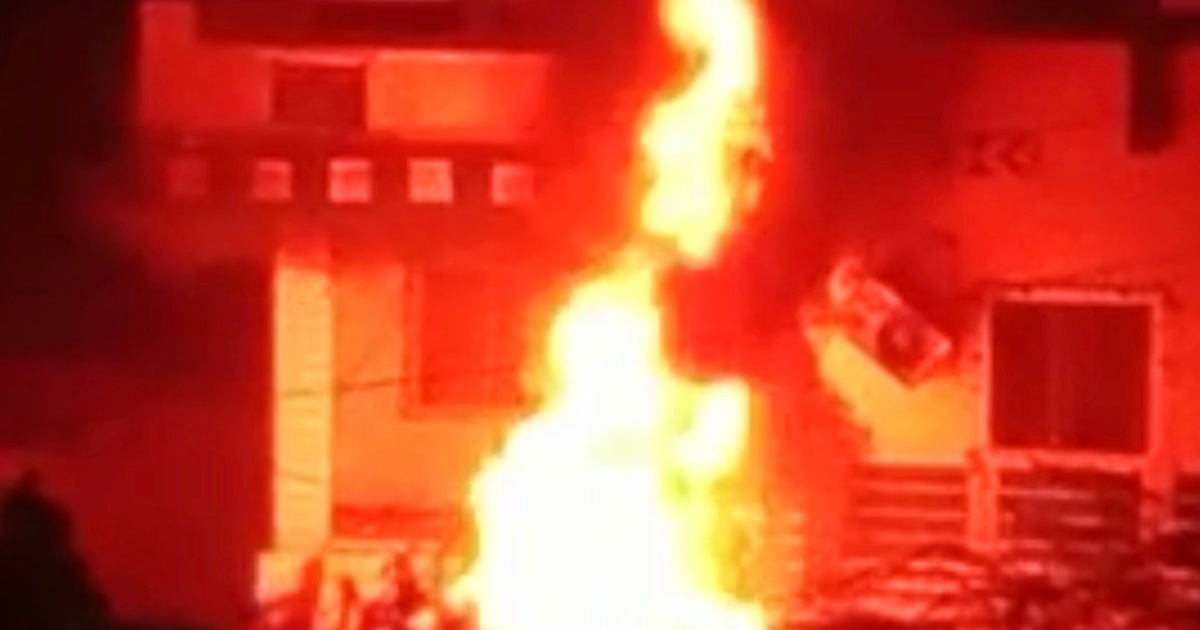 http://www.meranews.com/backend/main_imgs/HomeFire_modasa-local-body-election-independent-candidate-house-fire-news_0.jpg?83