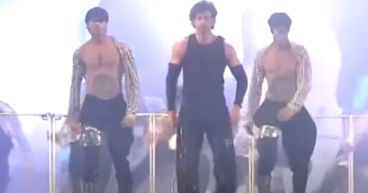 http://www.meranews.com/backend/main_imgs/HritikRoshan_hrithik-roshan-dance-govinda-clapping-on-it-video-viral-hrithik-roshan_0.jpg?79