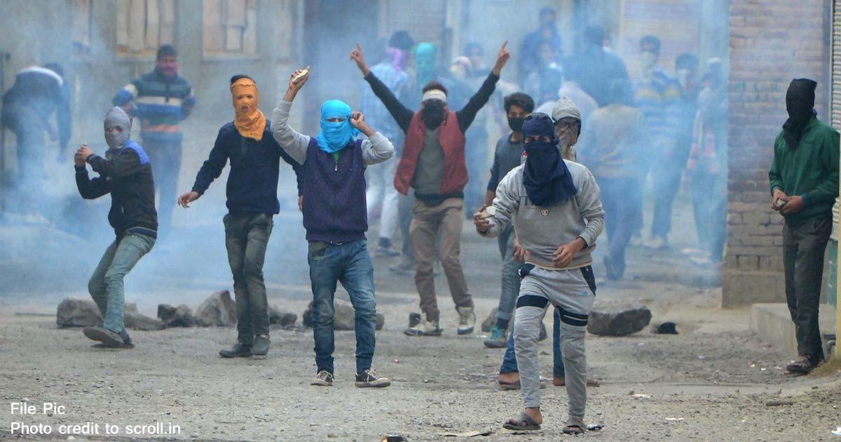 http://www.meranews.com/backend/main_imgs/JammuKashmirStonepelting_jammu-kashmir-two-tourists-from-gujarat-injured-in-stone-pe_0.jpg?59