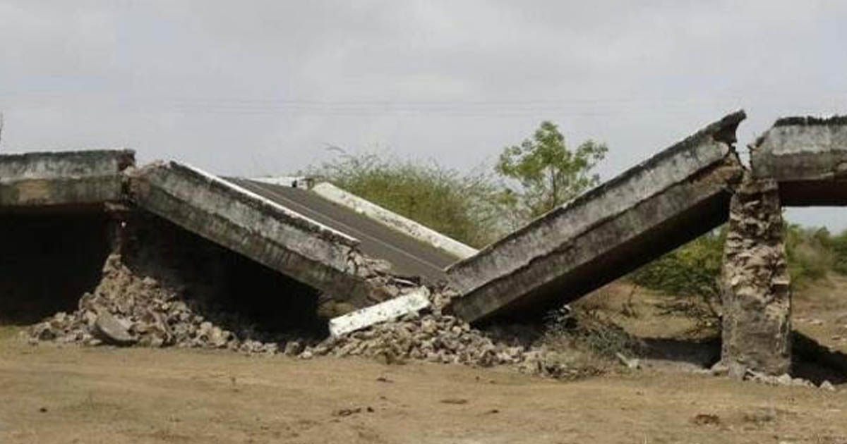 http://www.meranews.com/backend/main_imgs/Kalavadbridge_kalavad-bridge-collapse-near-kalavad-video_0.jpg?18