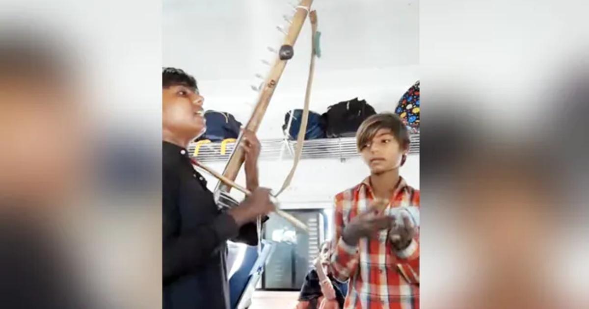 http://www.meranews.com/backend/main_imgs/KidsSingsong_kids-sings-mere-rashke-qamar-song-in-train-got-millions-view-see-viral-video_0.jpg?62