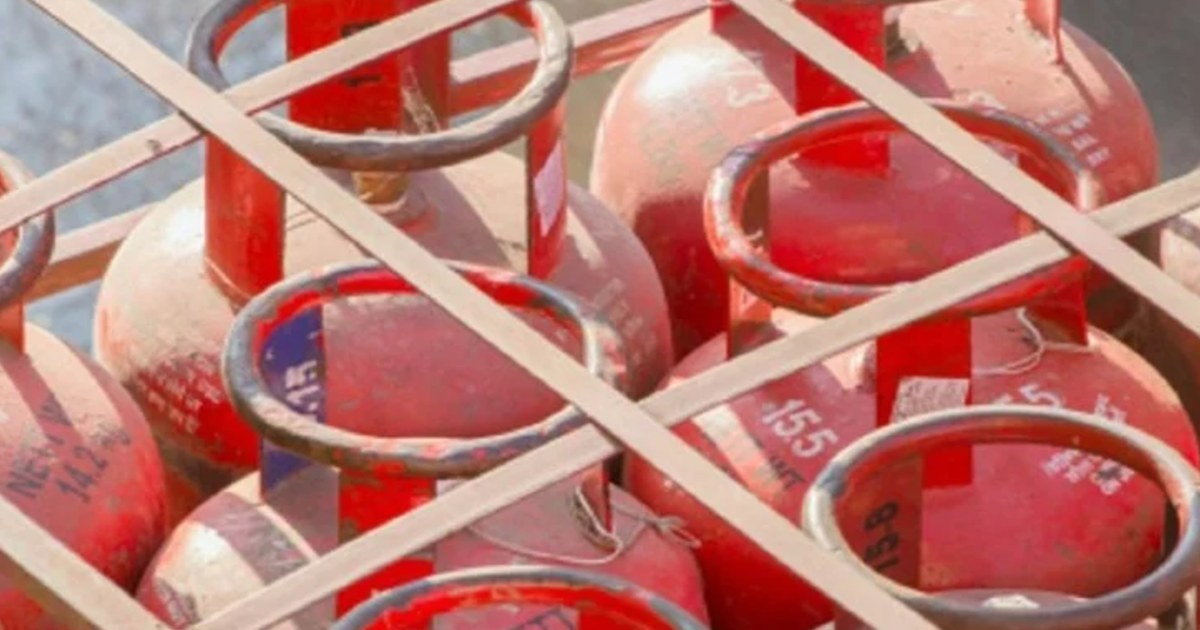 http://www.meranews.com/backend/main_imgs/LPGCylinderPrice_lpg-cylinder-price-lpg-prices-hiked-again-in-four-days-rs-25-increased_0.jpg?22