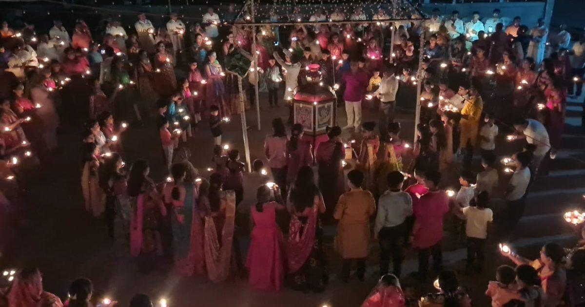 http://www.meranews.com/backend/main_imgs/MASSArti_modasa-anandpura-kampa-navratri-festival-mass-aarti-wonderful-views-video_0.jpg?62