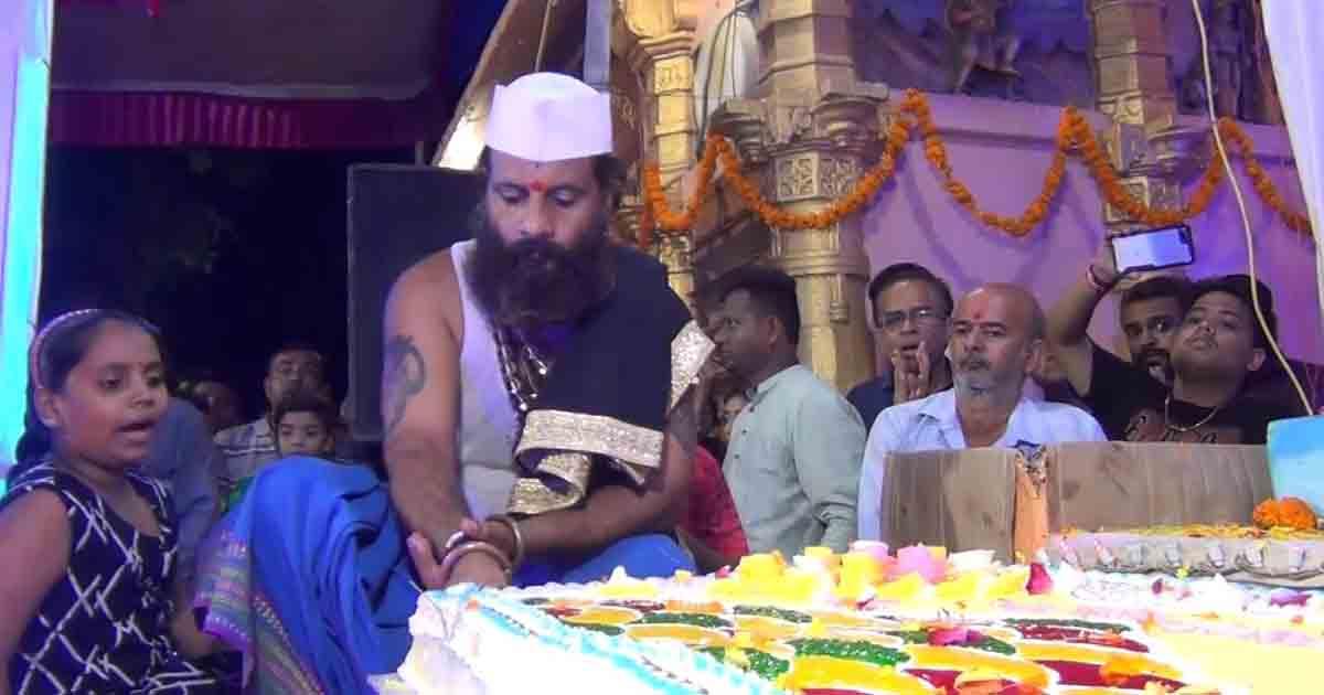 http://www.meranews.com/backend/main_imgs/MODASAGANPATI_modasa-72-kg-cake-on-birthday-of-ganeshji-at-siddhi-vinayak_0.jpg?91