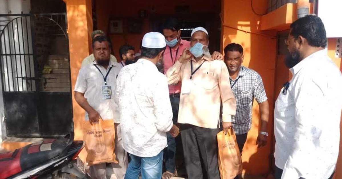 http://www.meranews.com/backend/main_imgs/Modasahelpers_modasa-muslim-brothers-helping-people-modasa-mohaddise-a_0.jpg?56