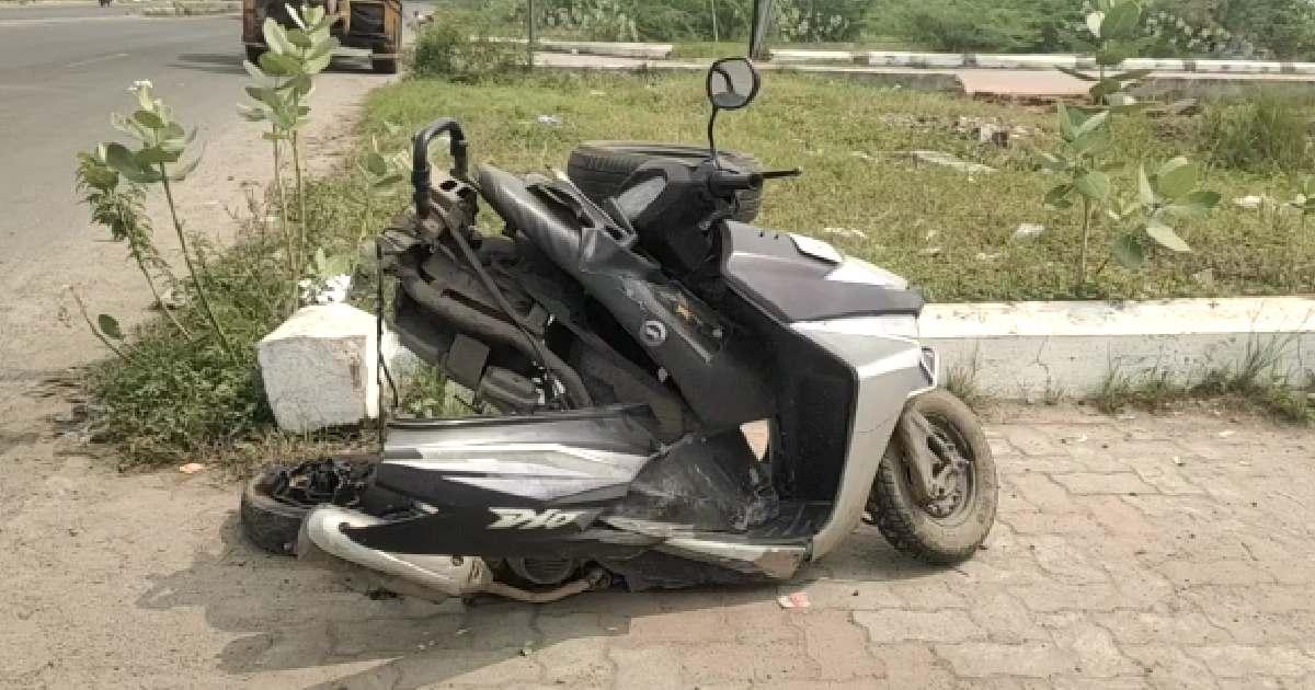 http://www.meranews.com/backend/main_imgs/Mopedaccident_vadodara-sumandeep-vidyapeeth-doctor-car-student-accident-news_3.jpg?50