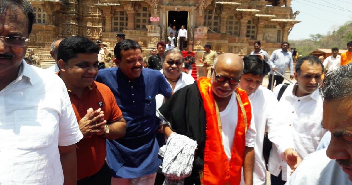 http://www.meranews.com/backend/main_imgs/Morari-Bapu_morari-bapu-visit-shamlaji-temple_0.jpg?2