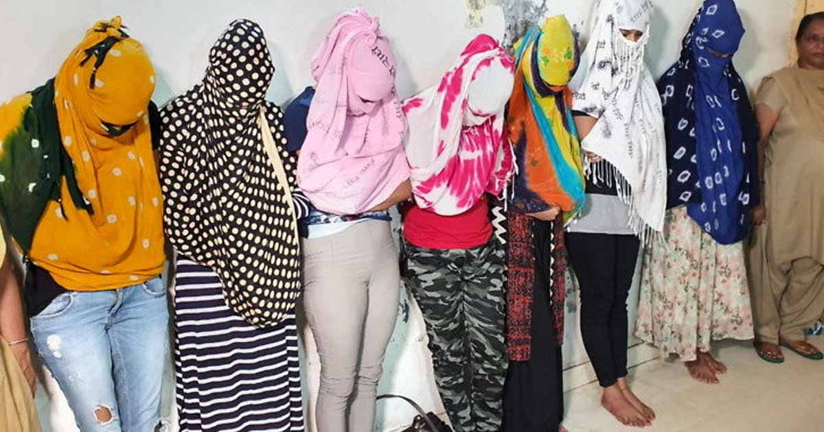 http://www.meranews.com/backend/main_imgs/NADIYADDARUPARTY2_nadiyad-police-raids-and-caught-15-accuse-from-liquor-party_0.jpg?41