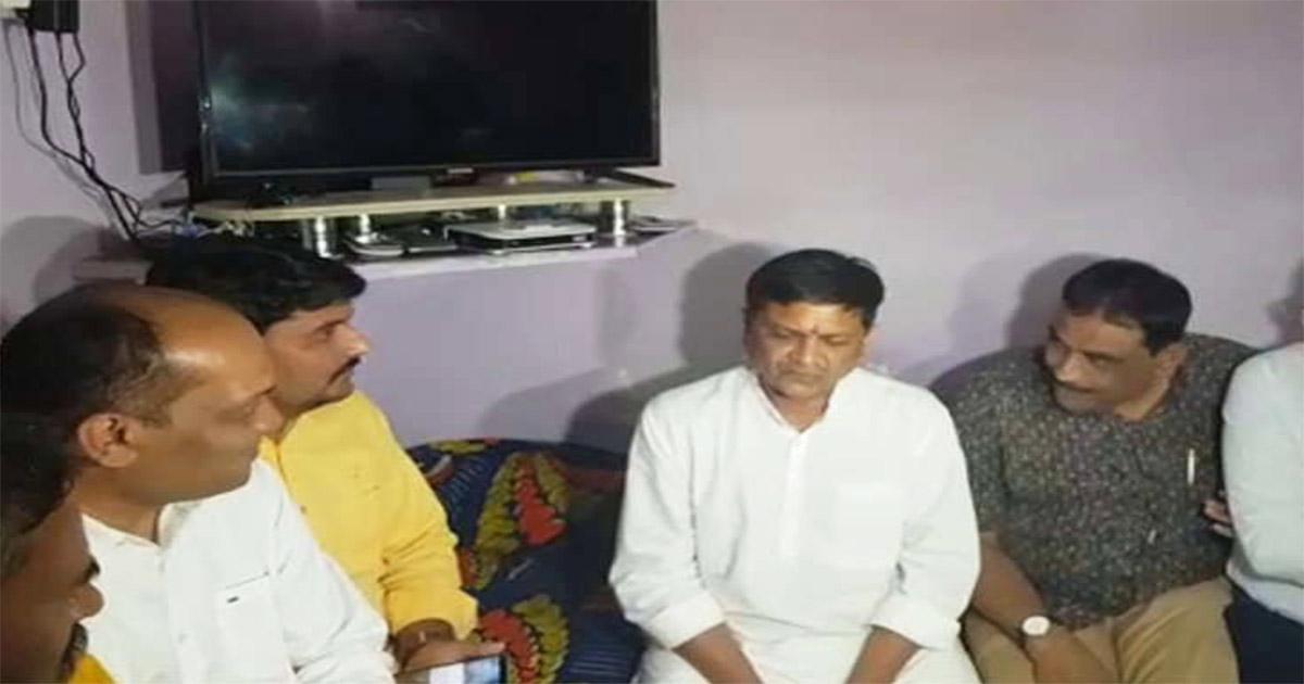 http://www.meranews.com/backend/main_imgs/Naresh-Patel_naresh-patel-meets-alpesh-kathiriyas-family-in-surat_0.jpg?13