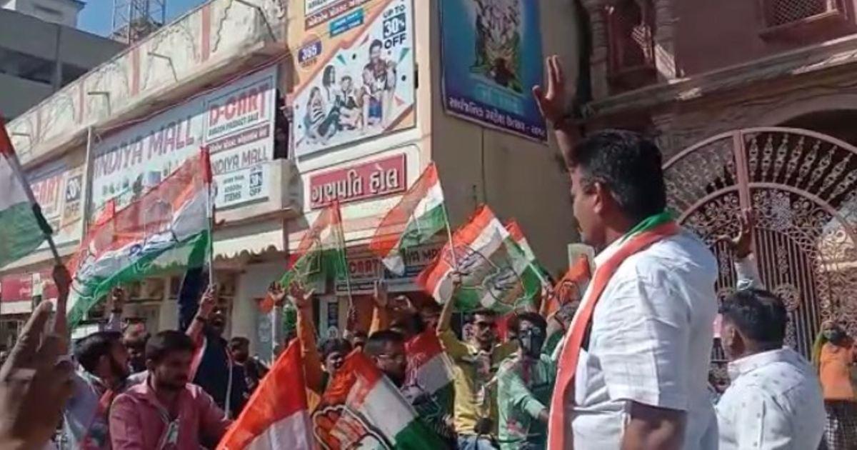 http://www.meranews.com/backend/main_imgs/PareshDhananiRally_gujarat-rajkot-saurashtra-local-body-election-campaign-paresh-dhanani-rally_2.jpg?72