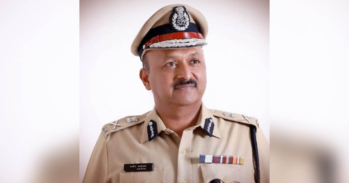 http://www.meranews.com/backend/main_imgs/Policecommmanojagraval_rajkot-police-commissioner-car-accident-of-police-police-c_0.jpg?25