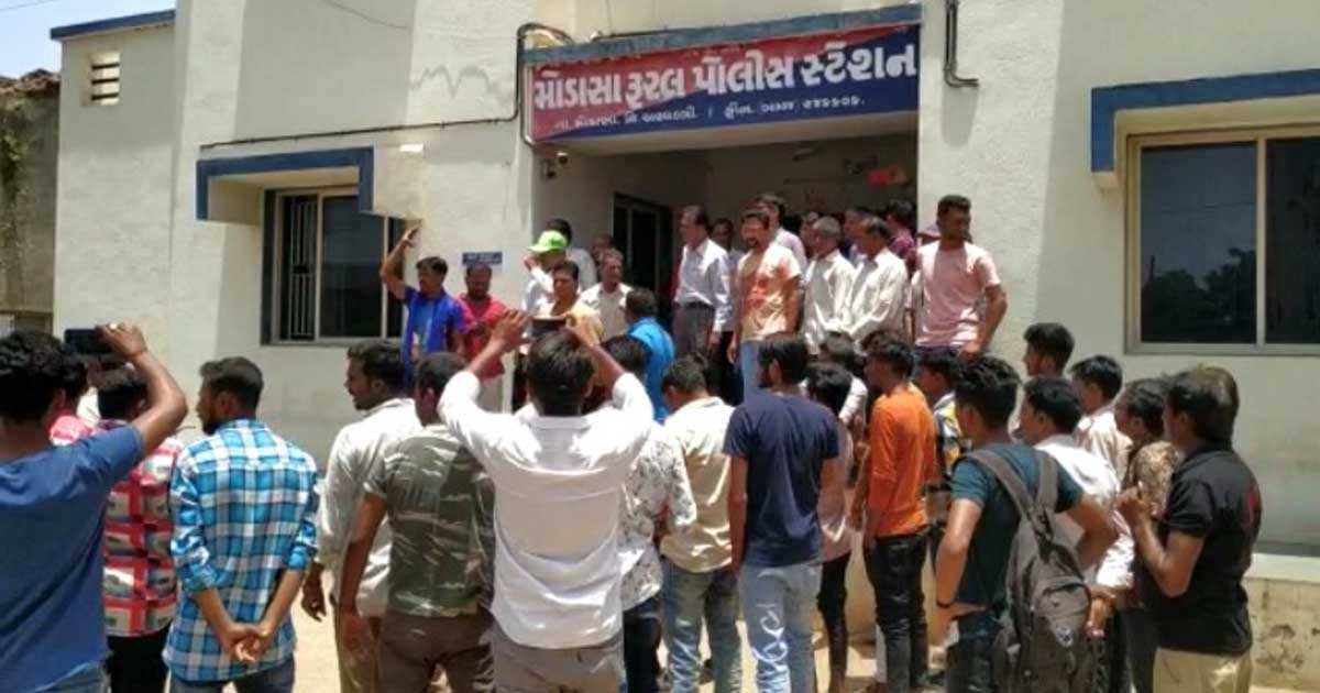 http://www.meranews.com/backend/main_imgs/PolicestationKhambhisar_khambisar-dalit-youth-marriage-family-asked-to-take-action_0.jpg?31