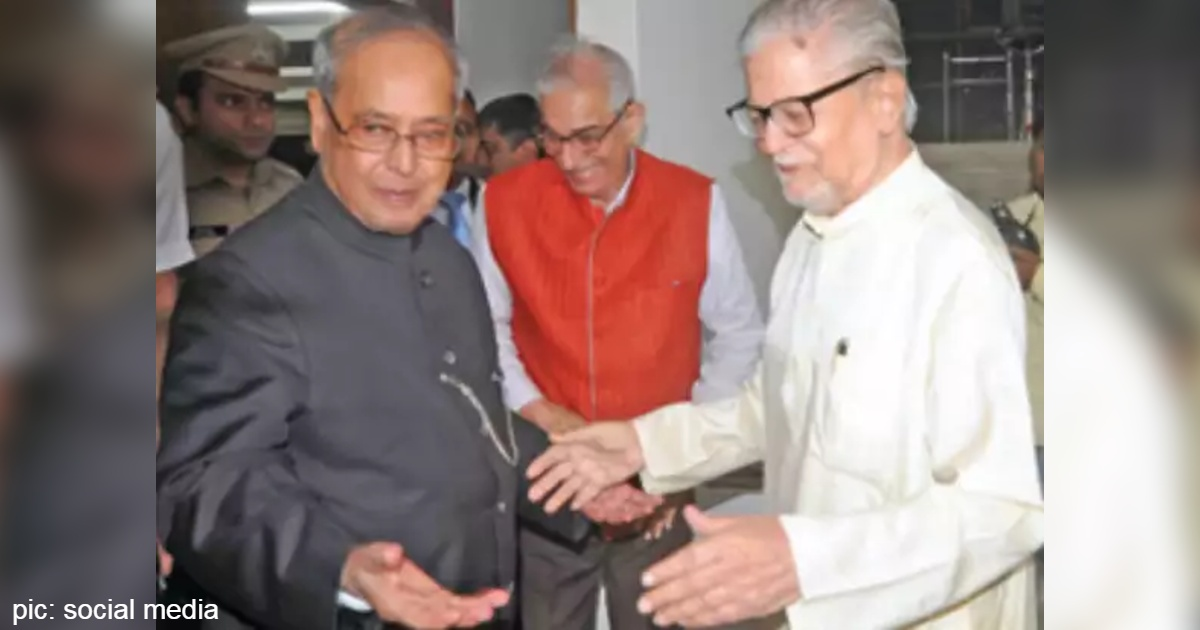 http://www.meranews.com/backend/main_imgs/Pranabmukehrjee_pranab-mukherjee-madhav-singh-solanki-gujarat-politics-former-president_0.jpg?71