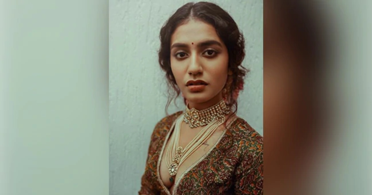http://www.meranews.com/backend/main_imgs/PriyaPrakashVarrier_priya-prakash-varrier-wearing-lehenga-and-giving-expressions-laal-ishq-song-video_0.jpg?89?95