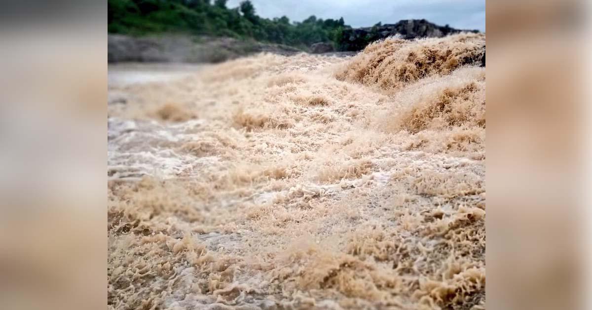 http://www.meranews.com/backend/main_imgs/Rain_police-security-at-zanzari-waterfall-watch-this-video-of-he_0.jpg?64