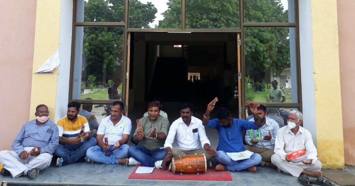 http://www.meranews.com/backend/main_imgs/RamDhunBayad_bhiloda-congress-protest-grant-allocation-injustice-ramdhun-memorandum-news_1.jpg?14