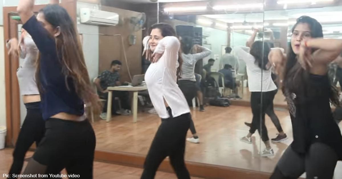 http://www.meranews.com/backend/main_imgs/RashamiDesai_rashami-desai-dance-on-bhojpuri-song-dhukur-dhukur-video-viral_0.jpg?6