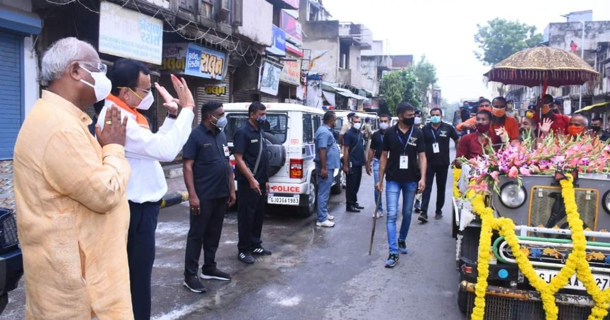 http://www.meranews.com/backend/main_imgs/RathyatraPolice_ahmedabad-rathyatra-hindu-festival-gujarat-police-pradipsinh-jadeja-curfew_2.jpg?93