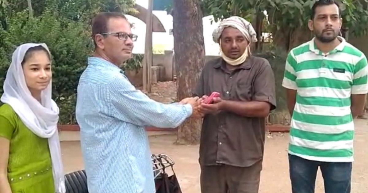 http://www.meranews.com/backend/main_imgs/Rikshowdriverimandari_modasa-honesty-lockdown-rickshaw-driver-wallet-gold-link-humanity_2.jpg?30