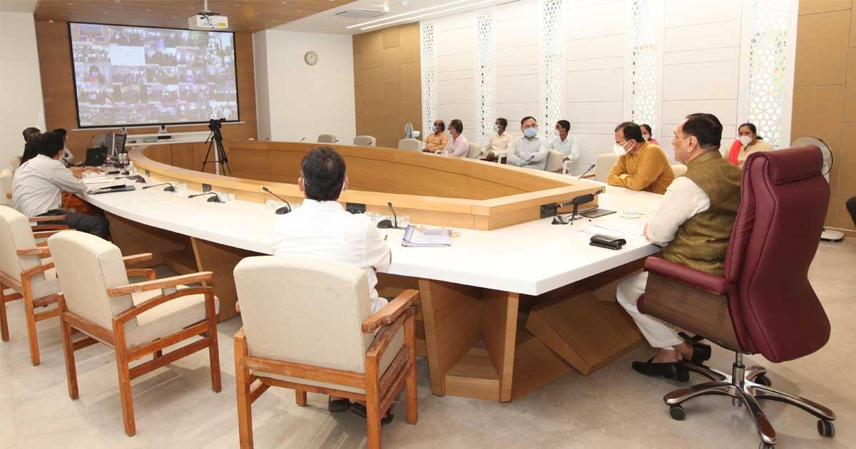 http://www.meranews.com/backend/main_imgs/Rupaniinmeeting_gujarat-cm-vijay-rupani-in-meeting-conference-function-v_2.jpg?6