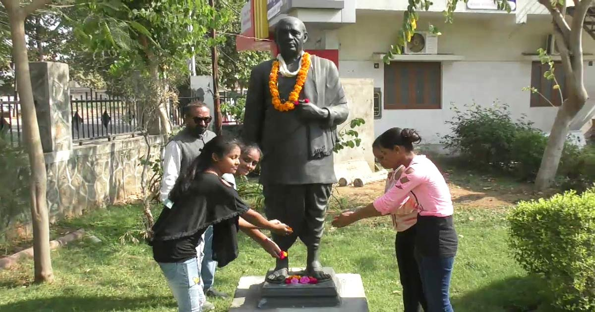 http://www.meranews.com/backend/main_imgs/Sardar-patel_sardar-patels-statue-in-modasa-forgotten-by-political-party_0.jpg?53