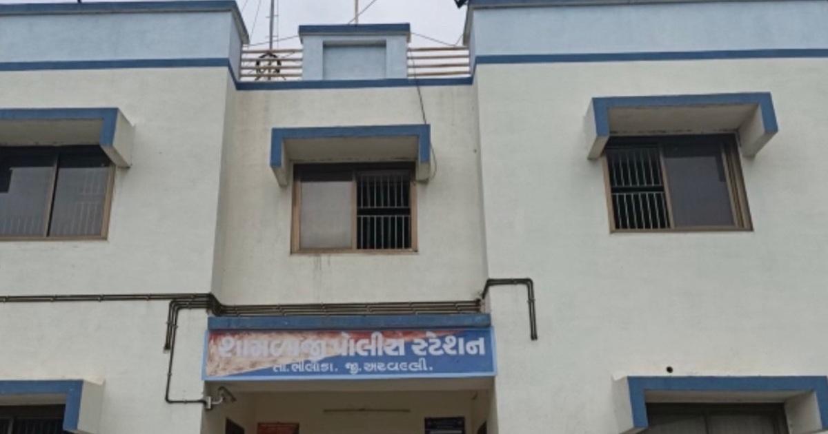 http://www.meranews.com/backend/main_imgs/ShamlajiBusStand_aravalli-shamlaji-bus-stand-young-girl-mother-gujarat-police-latest-news_0.jpg?91