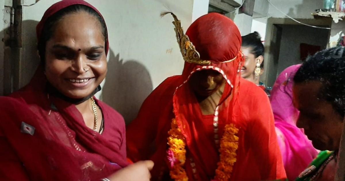 http://www.meranews.com/backend/main_imgs/Sumitsushmita_himmatnagar-sumit-became-sushmitaand-the-occasion-celebrate-wedding-kinnar_0.jpg?90