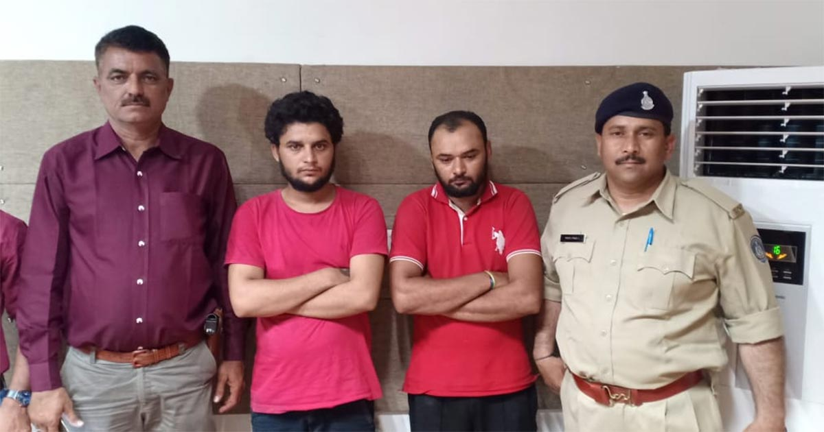 http://www.meranews.com/backend/main_imgs/Thief_rajkot-three-chain-snatchers-arrested-by-police_0.jpg?88